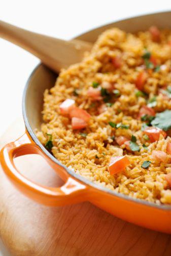 Esmer pirinç: Yemeklerde beyaz pirinç yerine esmer pirinç kullan. Yanında haşlanmış sebzeler yiyerek kilo almanı engellemiş olursun. Özellikle yeşil sebzeler birinci tercihin olmalı.   Yağ:15 gram  Kalori:325